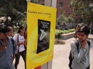 """""""Розовите очила на душата"""" в Делхи - постер с корицата на индийското издание в двора на Делхийския университет.."""