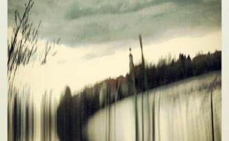 Игра с вода и светлина под облаците