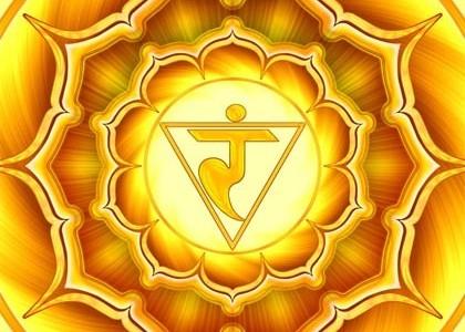 """""""Ти не можеш!"""" е израз, който чуваме често в днешните времена. Този израз е типичен за енергийния обмен в полето на манипура чакра, където отстояването на собствената независимост днес се е превърнало в борба за изяждане на независимостта на другите. Чакрите са не само вътрешните стъпала на нашето психично развитие, но и средствата, чрез които се осъществява връзката ни с околния свят. Всеки път, когато обменяме информация с външната среда - независимо дали се храним, разговаряме или просто се разхождаме и наслаждаваме на пейзажа - ние отбщуваме със света на енергийните честоти на нашите чакри. Те са като своеобразни антени, """"специализирани"""" да предават и приемат на определена вълна. Планетата ни се намира в непрекъснато взаимодействие на енергиите и в зависимост от това какво приемаме и предаваме на вълните на всяка от чакрите, се определя състоянието им занапред.   Освен степента на общо развитие - от липса на енергия, през развитие на мъжката и после на женската енергия във всяка от чакрите (описана в поредицата """"Психология на чакрите"""" до момента), енергийните ни центрове имат и други характеристики. Всяка чакра се намира някъде по скалата между депресирана и превъзбудена и между прекалено отпусната и прекалено скована.    Крайните състояния на тези скали са източника на болести за психиката и тялото. Те са характерни за незрелите в развитието си чакри и се преодоляват с практикуване на йога, защото тя ни дава пътища за осъзната работа с енергиите и поставя под контрол болестните модели на енергиен обмен.    """"Ти не можеш!"""" например е израз на превъзбудена манипура.Това е състояние, в което манипура е концентрирала в себе си толкова много мъжка енергия, че вече не може да се спре да """"консумира"""" и изисква все повече и повече подхранване от енергията на манипура на другите. """"Ти не можеш!"""" е израз, който буквално изяжда част от манипура-чакра на човека, към който е отправен; принуждава го да се откаже от част от своята енергия и да я предостави безусловно за ползване"""