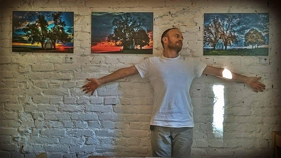 """""""Планетата на щастието"""" е третата самостоятелна изложба на Любомир Розенщайн след """"Дърво от вечност"""" /2015 г./ и """"Рила. Живата планина"""" /2014 г./ Освен и визуален артист, Любомир Розенщайн е автор на книгите """"Розовите очила на душата"""" /2006 г./, """"Оранжево сърце"""" /2010 г./, """"Планетата на щастието"""" /2013 г./; на поредици дискове с първите авторски водени медитации на български език, програми с дълбока релаксация, както и с йога нидра – йога на съня; на статии, брошури, семинари, курсове и тренинги по приложна психология, йога, тантра, медитация. НЛП майстор и йога ачаря. През 2006 г. основава Радиото за личностно развитие ChangeWire – radio.changewire.info."""