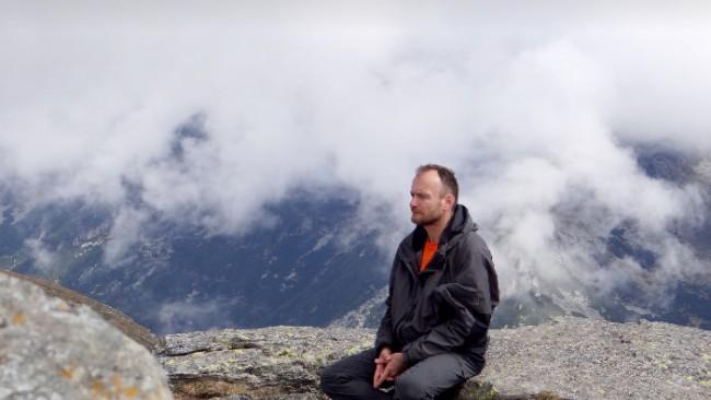 """За пътя към себепознанието днес, за наученото и изживяното в продължение на дългогодишна всекидневна йога практика разговаряме с  Любомир Розенщайн, автор на """"ВЪТРЕШНИЯТ ЛЕЧИТЕЛ : Пътят на йога: спокойствие, здраве, благополучие и живот в XXI век"""", която издателство """"Колибри"""" ще пусне от печат в поредицата """"Духовност и самоусъвършенстване"""" в началото на юни. Вижте какво разказва Розенщайн за днешното битие, за илюзиите и технологиите"""